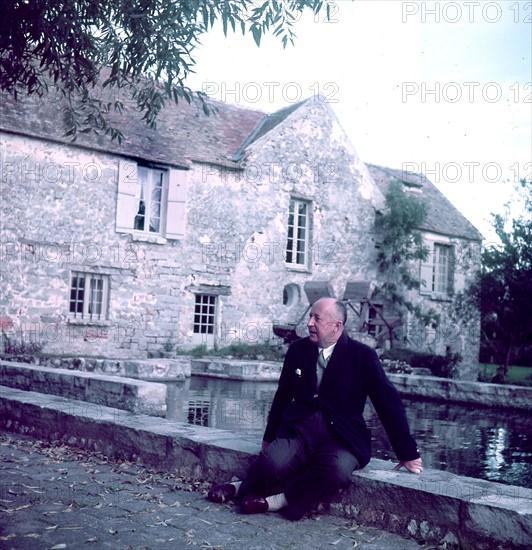 Christian Dior devant sa propriété de Milly-la-Forêt