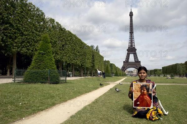 La fille d'Asia Bibi posant avec le portrait de sa mère