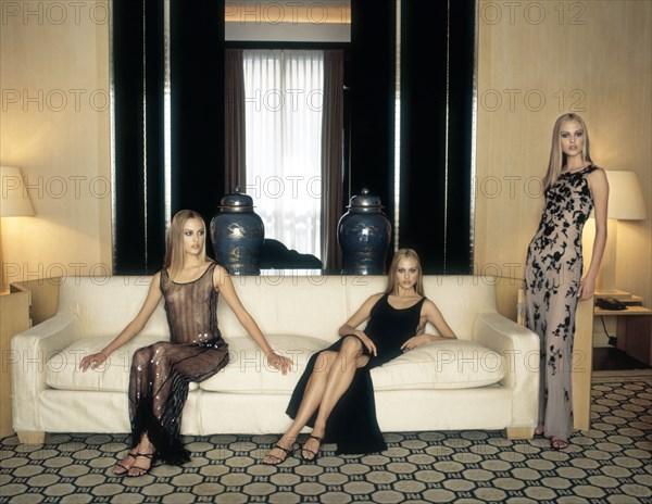 Mannequin habillée en Giorgio Armani, de trois robes différentes
