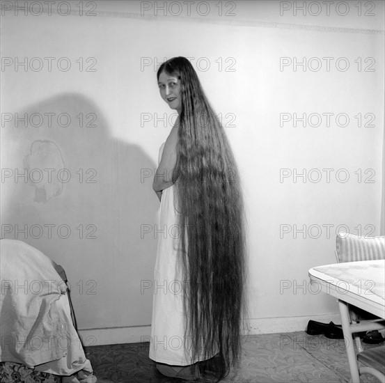 Mabel Anderson présentant sa coupe de cheveux extra-longue