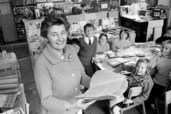 Institutrice anglaise montrant un registre d'appel journalier